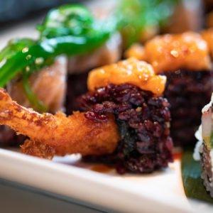 Dettaglio Uramaki con riso venere e gambero in tempura