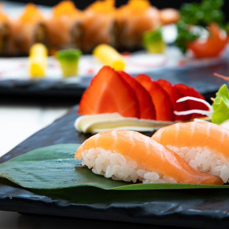 Presentazione Cucina Fusion con fragole e nigiri salmone