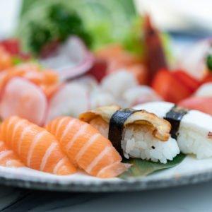 un piatto misto di sushi e sashimi con nigiri