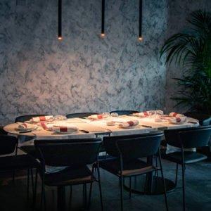 Tavolo Apparecchiato con luce soffusa da Prosperità Limbiate